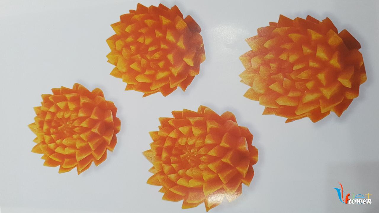 Tỉa bông sen vàng từ củ cà rốt