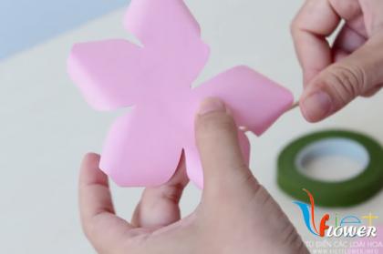 Học cách làm hoa hồng đơn giản bằng giấy